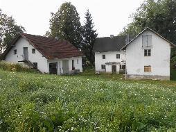 Älteres Sacherl mit mehreren Nebengebäuden