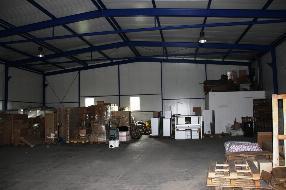 Multifunktionale Halle mit Bürogebäude