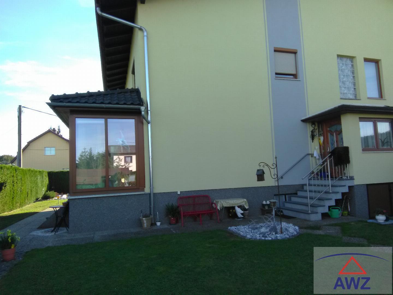 Das Haus mit dem Eingang und Wintergarten